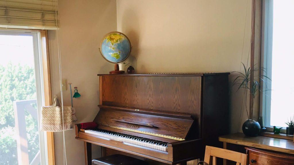 ピアノの上に地球儀が置いてある画像