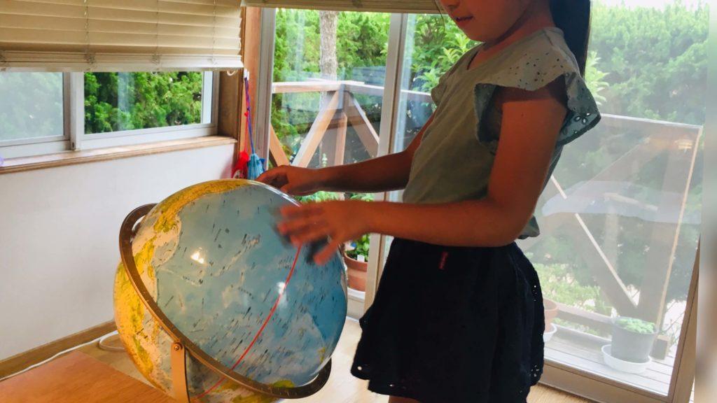 娘と地球儀の画像